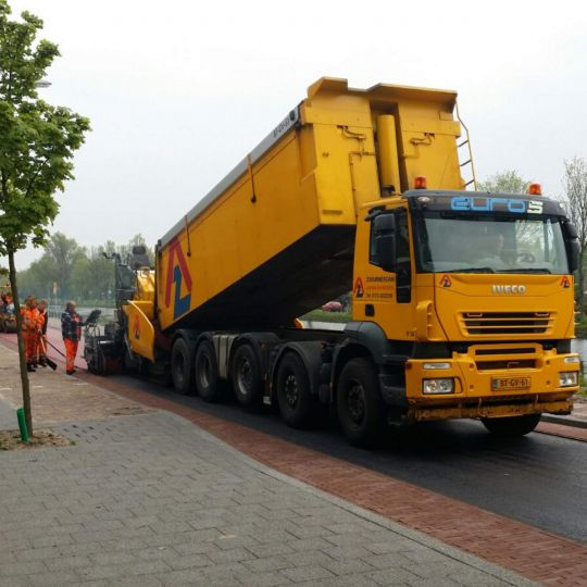 Vrachtwagen legen rood fietspad Zwammerdam Groep