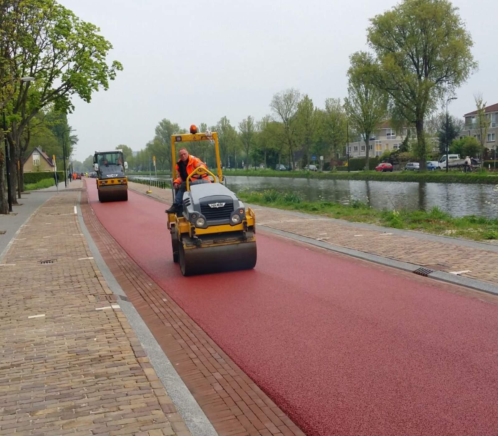 Actiefoto aanleggen rood fietspad Zwammerdam Groep