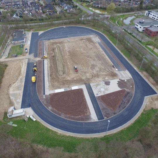 Drone foto asfalteren atletiekbaan