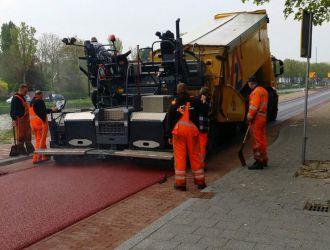 Asfaltmachine rood fietspad in Rijswijk